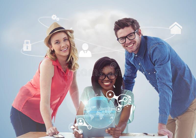 O retrato dos executivos felizes que usam a tabuleta digital e os trabalhos em rede conectam foto de stock royalty free