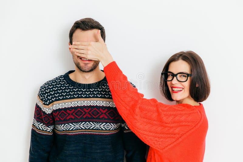 O retrato dos olhos felizes das tampas a seu marido, prepara a surpresa imagem de stock