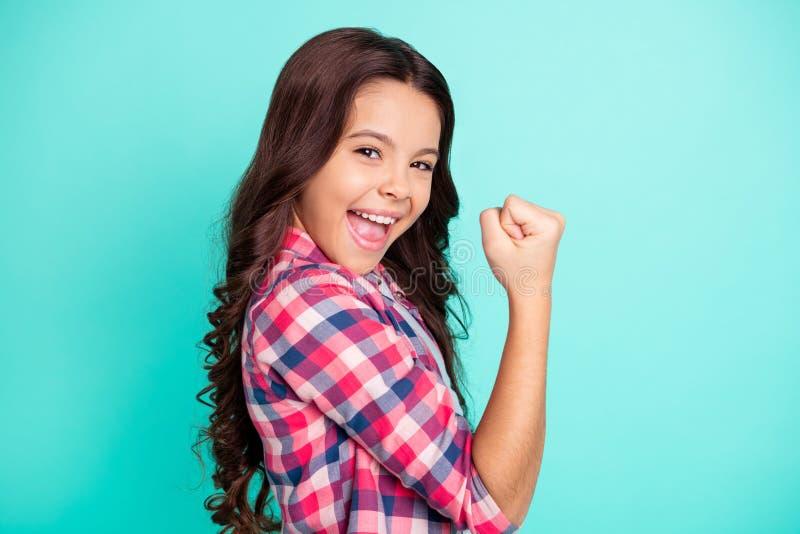 O retrato dos punhos pequenos excitados encantadores do aumento da senhora alegre positiva entusiasmado grita yeah o grito para c fotos de stock
