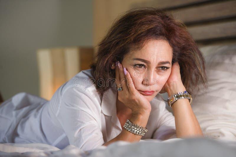 O retrato dramático do estilo de vida do meio triste e deprimido atrativo envelhecido em torno do sentimento da mulher 50s virou  imagem de stock
