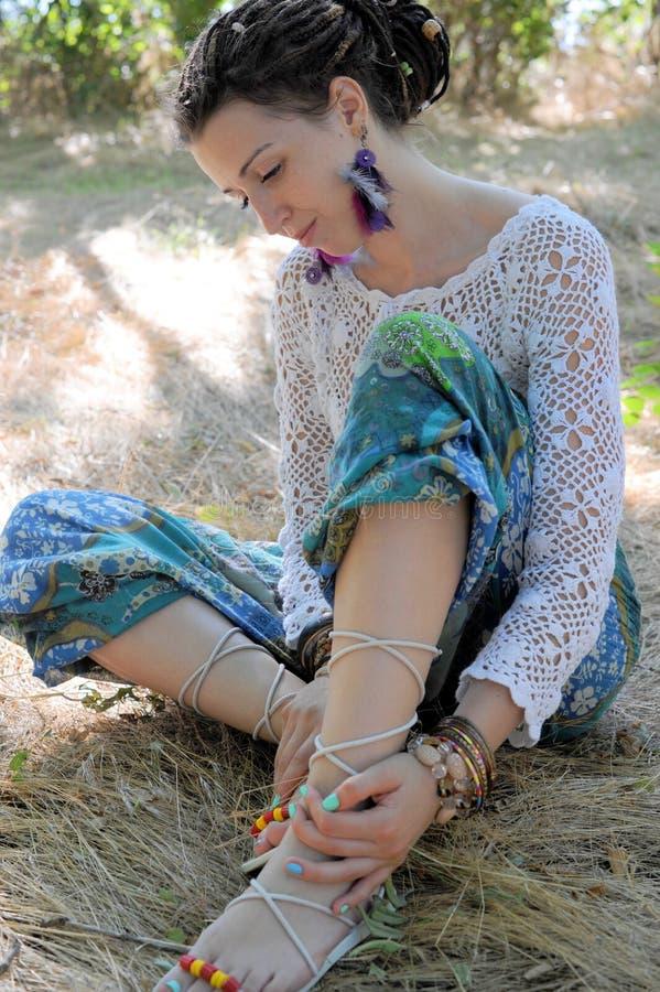 O retrato exterior da jovem mulher, vestido no branco fez malha culatras do estilo da blusa e da hippie imagens de stock