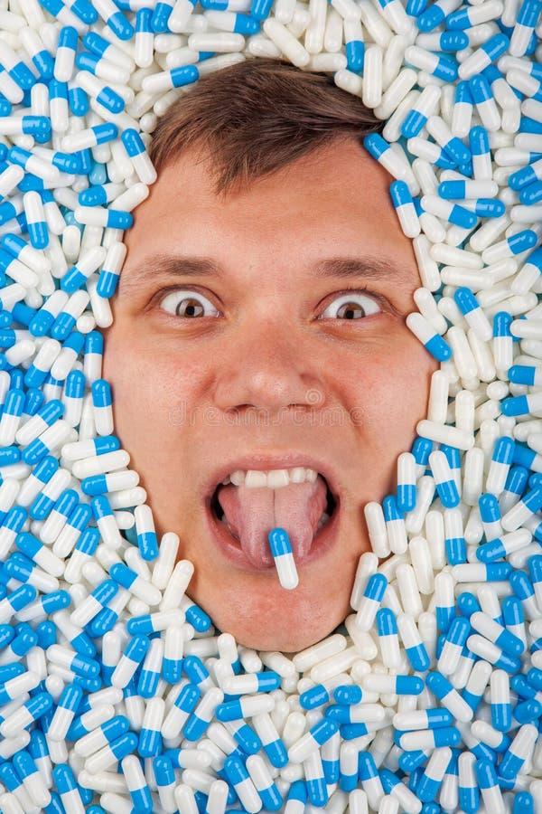 O retrato extremo do homem do close up cai medicinas adormecidas imagens de stock royalty free
