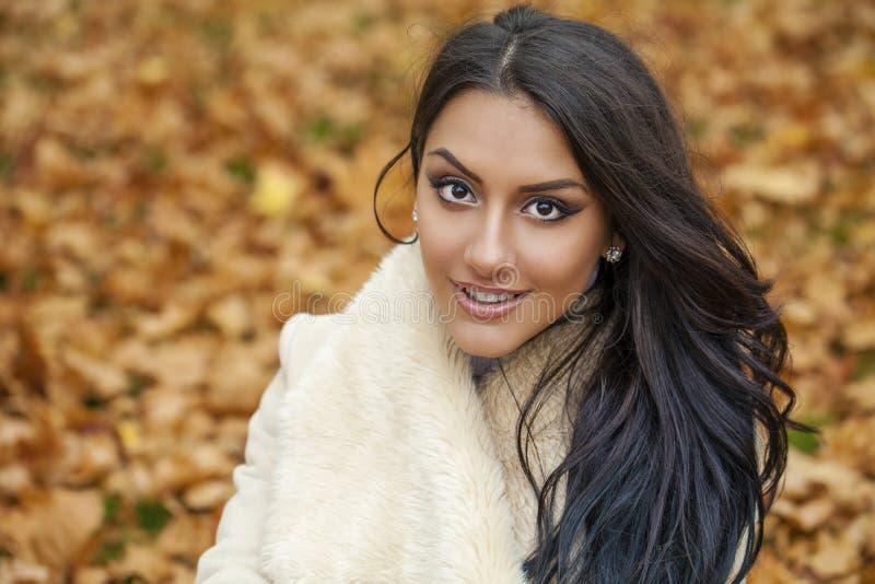 O retrato facial de uma mulher árabe bonita vestiu calorosamente exterior imagens de stock