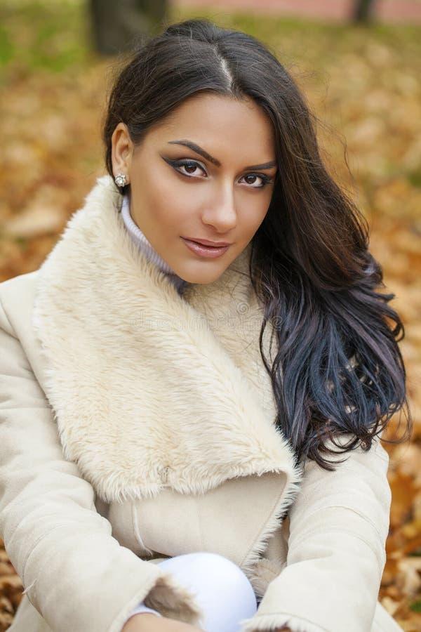 O retrato facial de uma mulher árabe bonita vestiu calorosamente exterior imagens de stock royalty free
