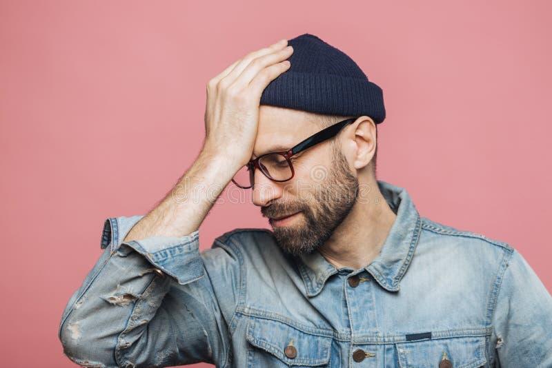 O retrato horizontal do homem não barbeado à moda fatigante lamenta s fotos de stock
