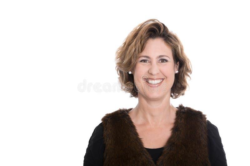 O retrato isolado de um meio envelheceu a mulher de negócios feliz no inverno imagem de stock royalty free
