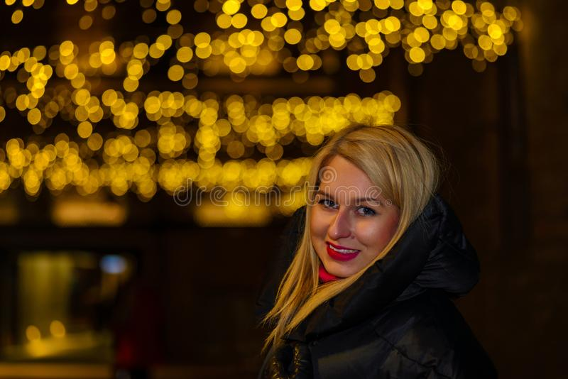 O retrato lindo 'sexy' da menina na cidade da noite ilumina-se Retrato do estilo da forma de Vogue da mulher consideravelmente bo foto de stock royalty free