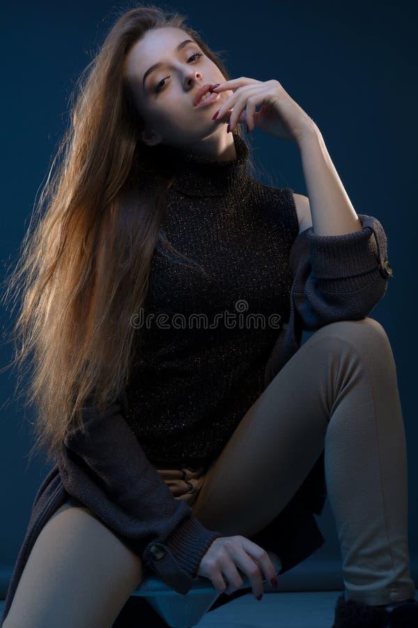 O retrato moderno, tiro colorido da beleza da alta-costura da menina do modelo de forma com forma compõe em um fundo na fotografia de stock