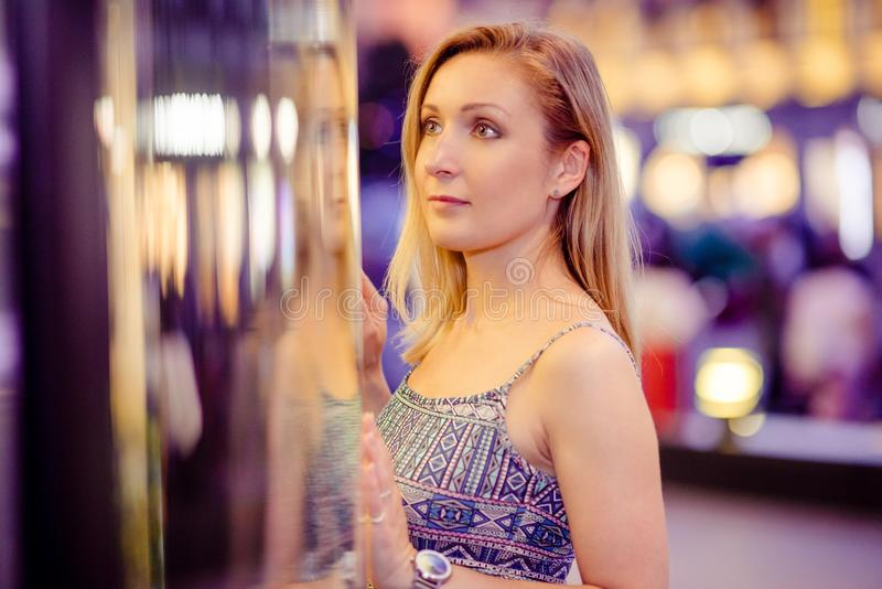 O retrato moreno lindo 'sexy' da menina na cidade da noite ilumina-se fotos de stock royalty free