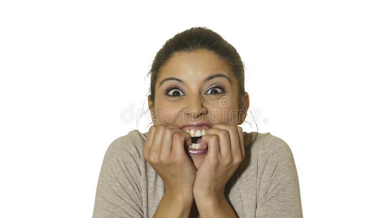 O retrato principal da mulher latino-americano feliz e entusiasmado louca nova 30s na surpresa e surpreende a expressão da cara c imagens de stock
