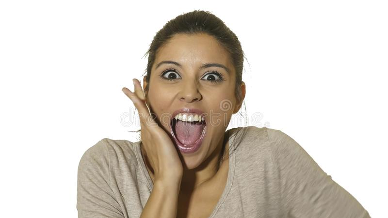 O retrato principal da mulher latino-americano feliz e entusiasmado nova 30s na surpresa e os olhos surpreendidos e boca da expre foto de stock royalty free