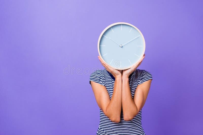 O retrato que encanta o adolescente adolescente engraçado bonito faltou fora do tempo estipulado a manhã futura da pausa do empre fotografia de stock