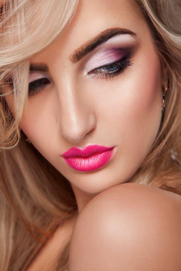O retrato sensual da menina loura com profissional compõe imagens de stock