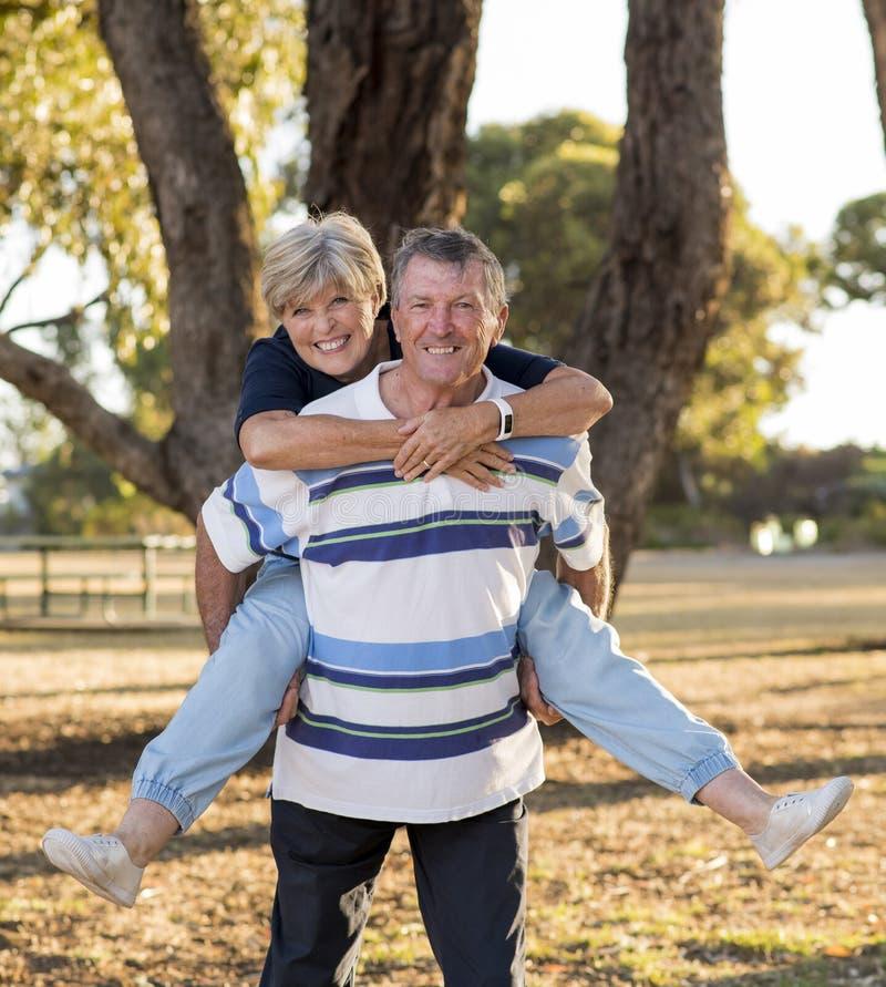 O retrato vertical de bonito superior e feliz americanos amadurece-se imagens de stock royalty free