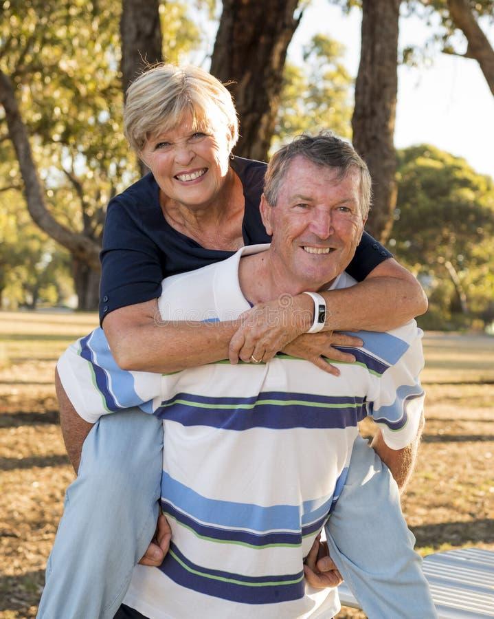 O retrato vertical de bonito superior e feliz americanos amadurece-se foto de stock royalty free