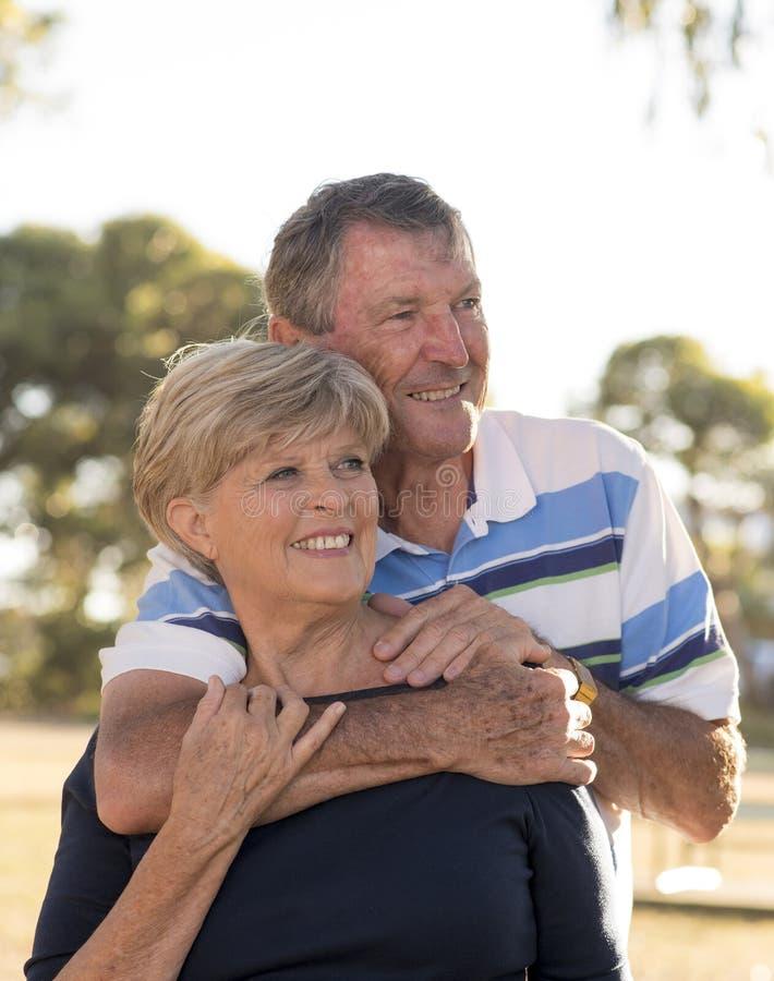O retrato vertical de bonito superior e feliz americanos amadurece-se imagem de stock royalty free