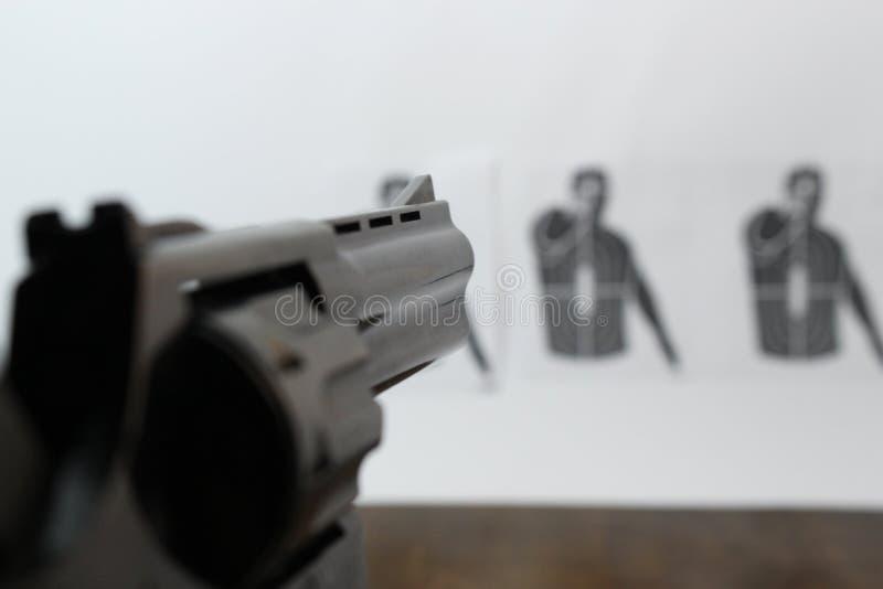O revólver é visado o alvo do tiro imagens de stock royalty free