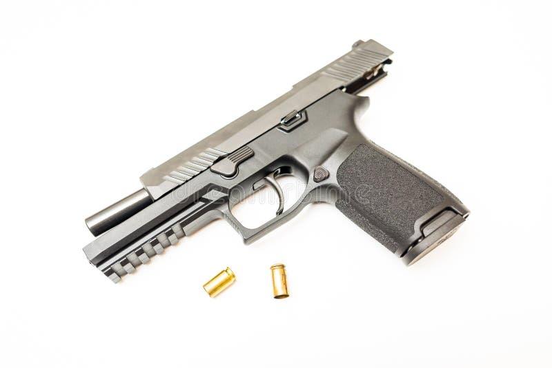 O revólver descarregado com munição arredonda o fundo branco fotos de stock