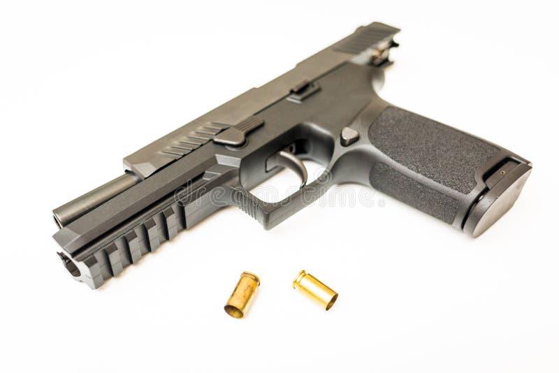 O revólver descarregado com munição arredonda o fundo branco foto de stock royalty free