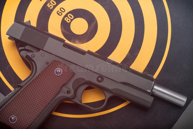 O revólver descarregado que encontra-se sobre suporta do alvo do alvo toned fotos de stock