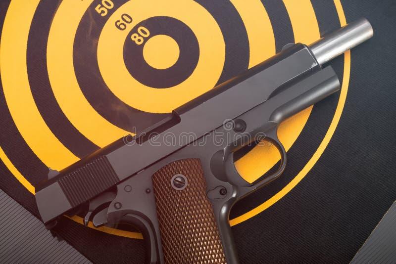 O revólver descarregado que encontra-se sobre suporta do alvo do alvo toned imagens de stock