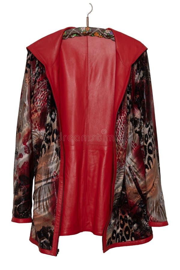 O revestimento de couro da mulher vermelha Revestimento de couro vermelho fêmea brilhante elegante luxuoso em um gancho isolado e imagem de stock royalty free