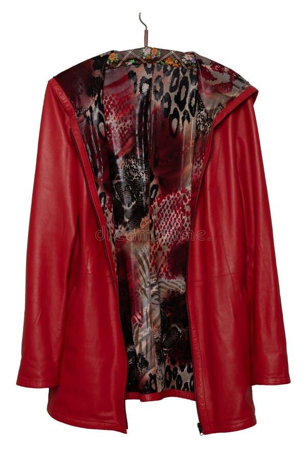 O revestimento de couro da mulher vermelha Revestimento de couro vermelho fêmea brilhante elegante luxuoso em um gancho isolado e foto de stock royalty free