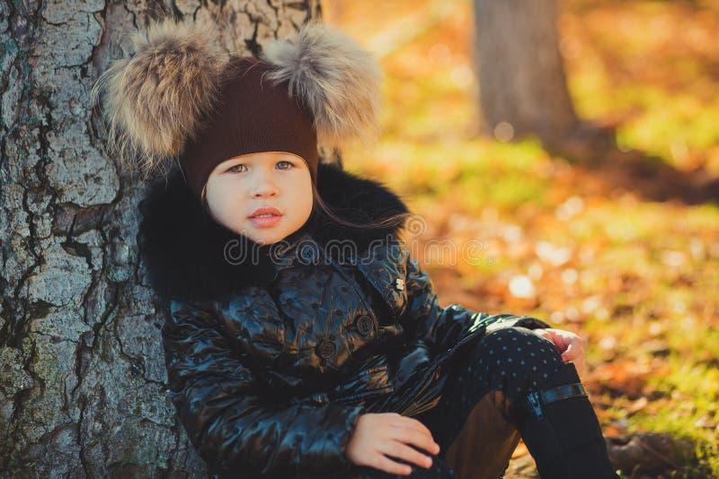 O revestimento preto à moda vestindo do revestimento da forma da moça saboroso do pino-acima da zorra e o chapéu impressionante v fotografia de stock royalty free