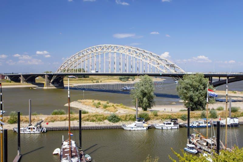 O rio 'Waal 'em Nijmegen, Güéldria, os Países Baixos fotos de stock
