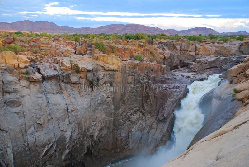 O rio alaranjado em Augrabies cai parque nacional Cabo do norte, África do Sul imagem de stock