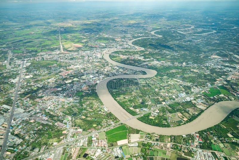 O rio bonito da curva foi disparado no plano no meio-dia Pode ver o cultivo e o vale toda ao redor fotografia de stock royalty free