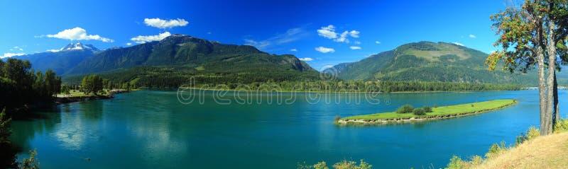 O Rio Columbia em Revelstoke, Columbia Britânica, Canadá fotografia de stock royalty free