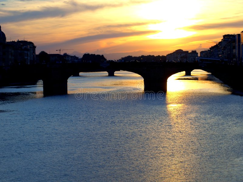 O rio de Arno em Florença no por do sol imagem de stock