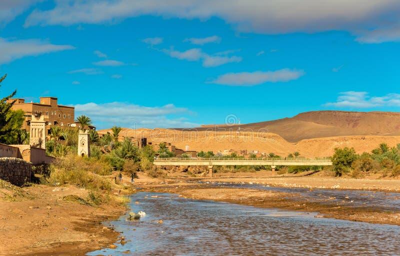 O rio de Asif Ounila em Ait Ben Haddou em Marrocos imagens de stock