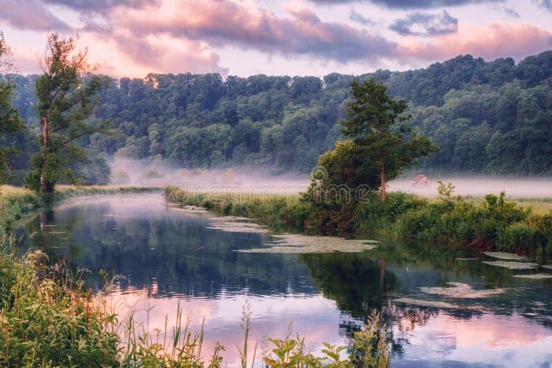 O rio de Brenz em Eselsburger Tal perto de Herbrechtingen, Alemanha imagens de stock