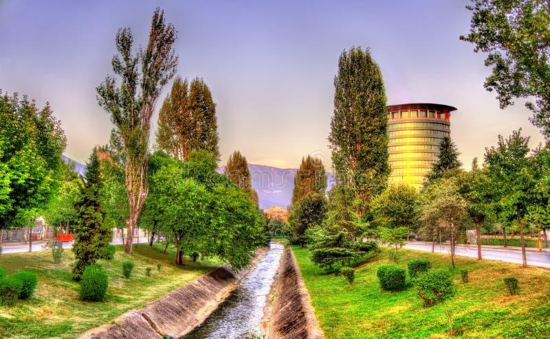O rio de Lana em Tirana foto de stock