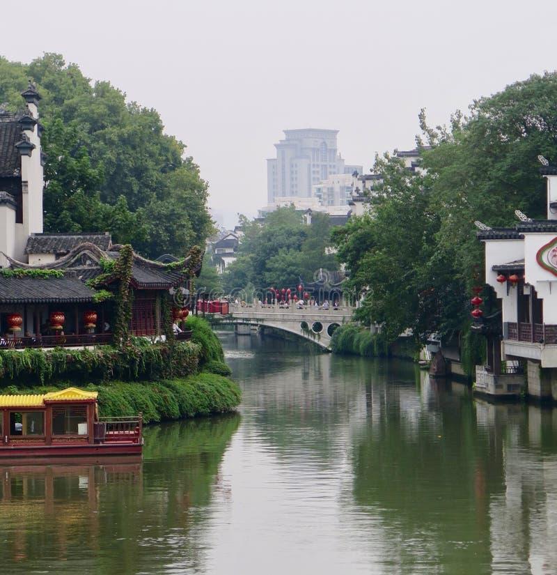 O rio de Qinhuai, um ramo do Rio Yangtzé, enrola sua maneira através de Nanjing, China imagens de stock