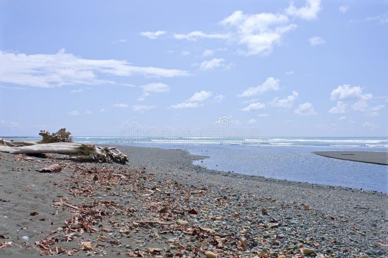 O rio de Sirena encontra o Oceano Pacífico em Costa Rica fotos de stock royalty free