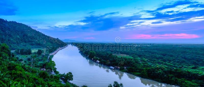O rio de Tapi é o rio principal no sul de Tailândia Durante o panorama do por do sol da noite foto de stock