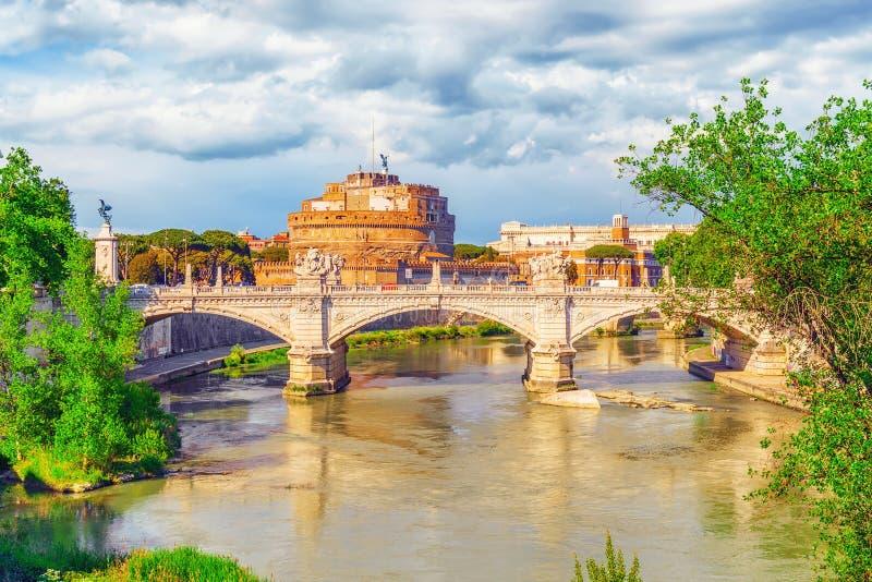 O rio de Tibre, ` Angelo Bridge de Ponte Sant, ` Angelo Castle de Sant r imagem de stock royalty free