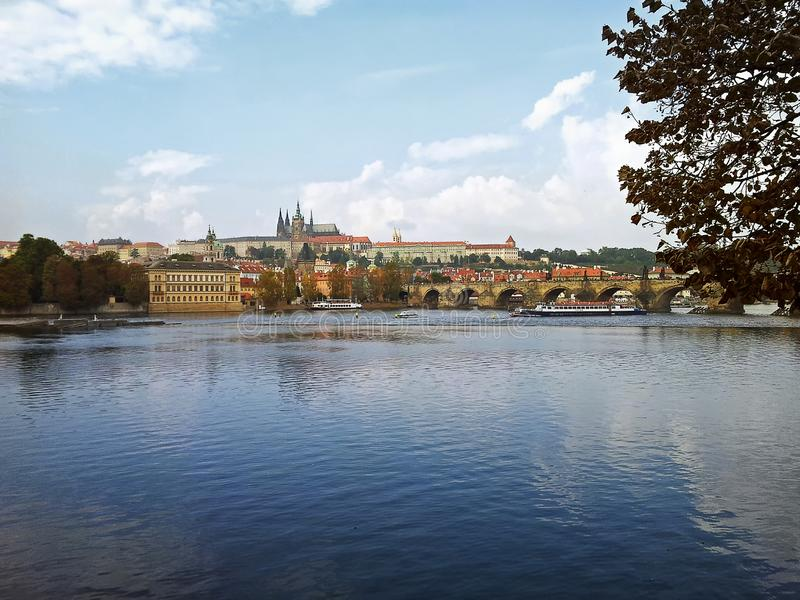 O rio de Vltava corre através do distrito de Praga Mala Strana fotos de stock royalty free