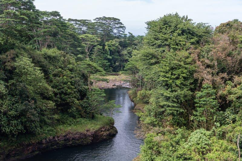 O rio de Wailuku no arco-íris cai em Hilo na ilha grande de Havaí imagens de stock