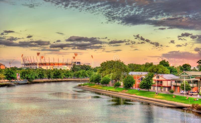 O rio de Yarra com o grilo de Melbourne moído - Austrália foto de stock royalty free