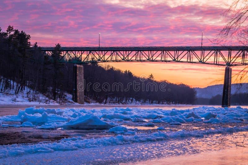 O Rio Delaware gelado no por do sol vívido perto da ponte de Milford, PA imagem de stock