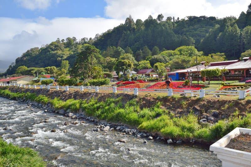 O rio do Caldera e os jardins de Boquete, Panamá fotografia de stock