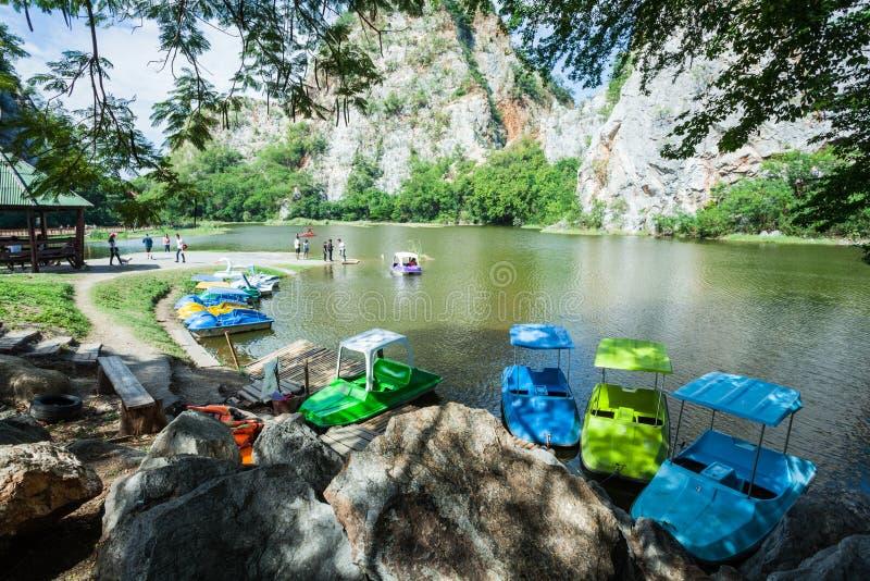 O rio está no parque da rocha de Khao Ngoo imagem de stock royalty free