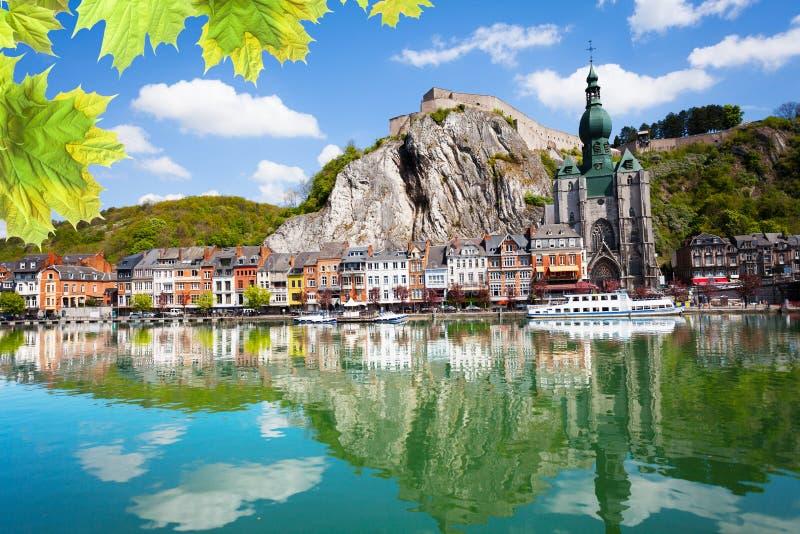 O Rio Mosa com Collegiale Notre Dame, Bélgica fotos de stock royalty free
