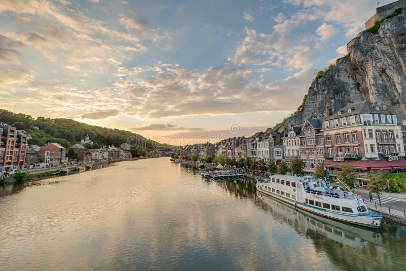 O Rio Mosa que passa através de Dinant, Bélgica imagens de stock royalty free