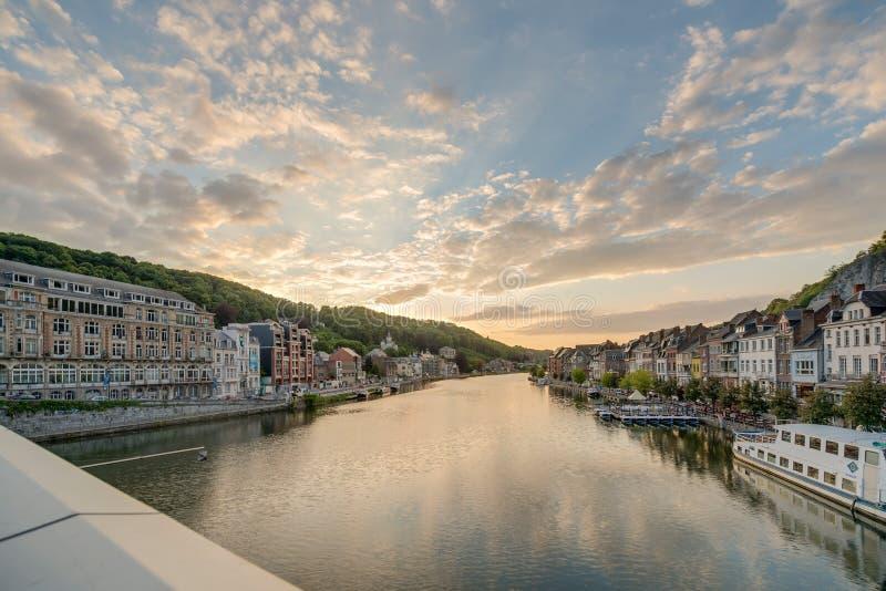 O Rio Mosa que passa através de Dinant, Bélgica imagens de stock