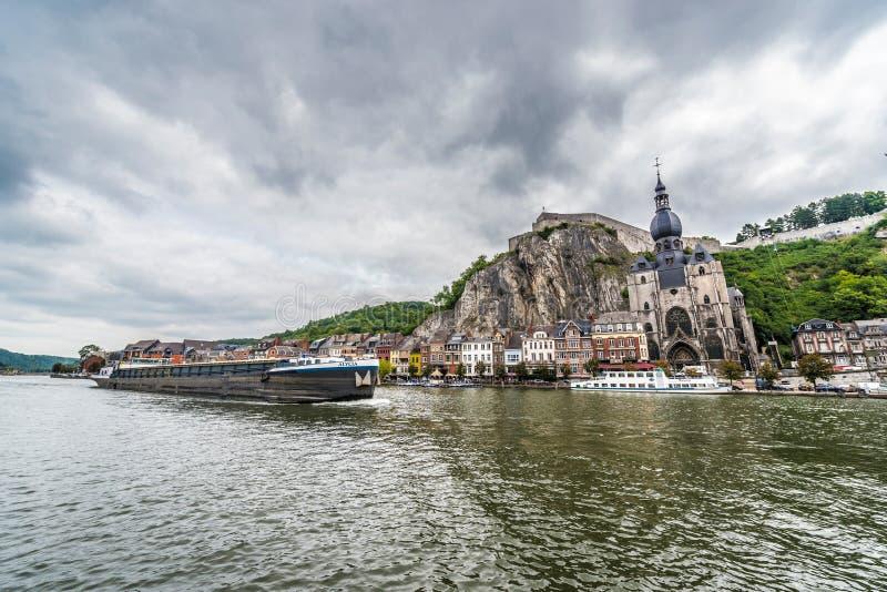 O Rio Mosa que passa através de Dinant, Bélgica fotografia de stock